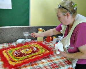 Ivana rifinisce la torta